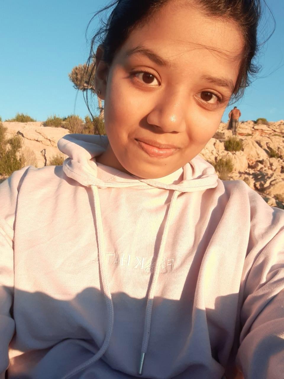 Zoya's sun-kissed selfie