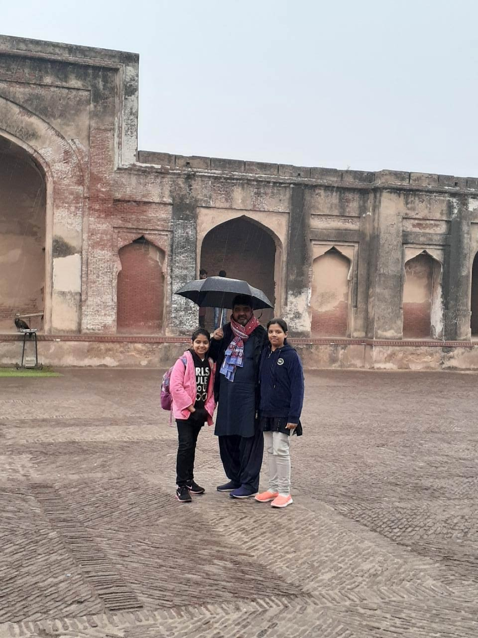 Zoya Imran is standing in front of Dr Allama Mohammad Iqbal Tomb