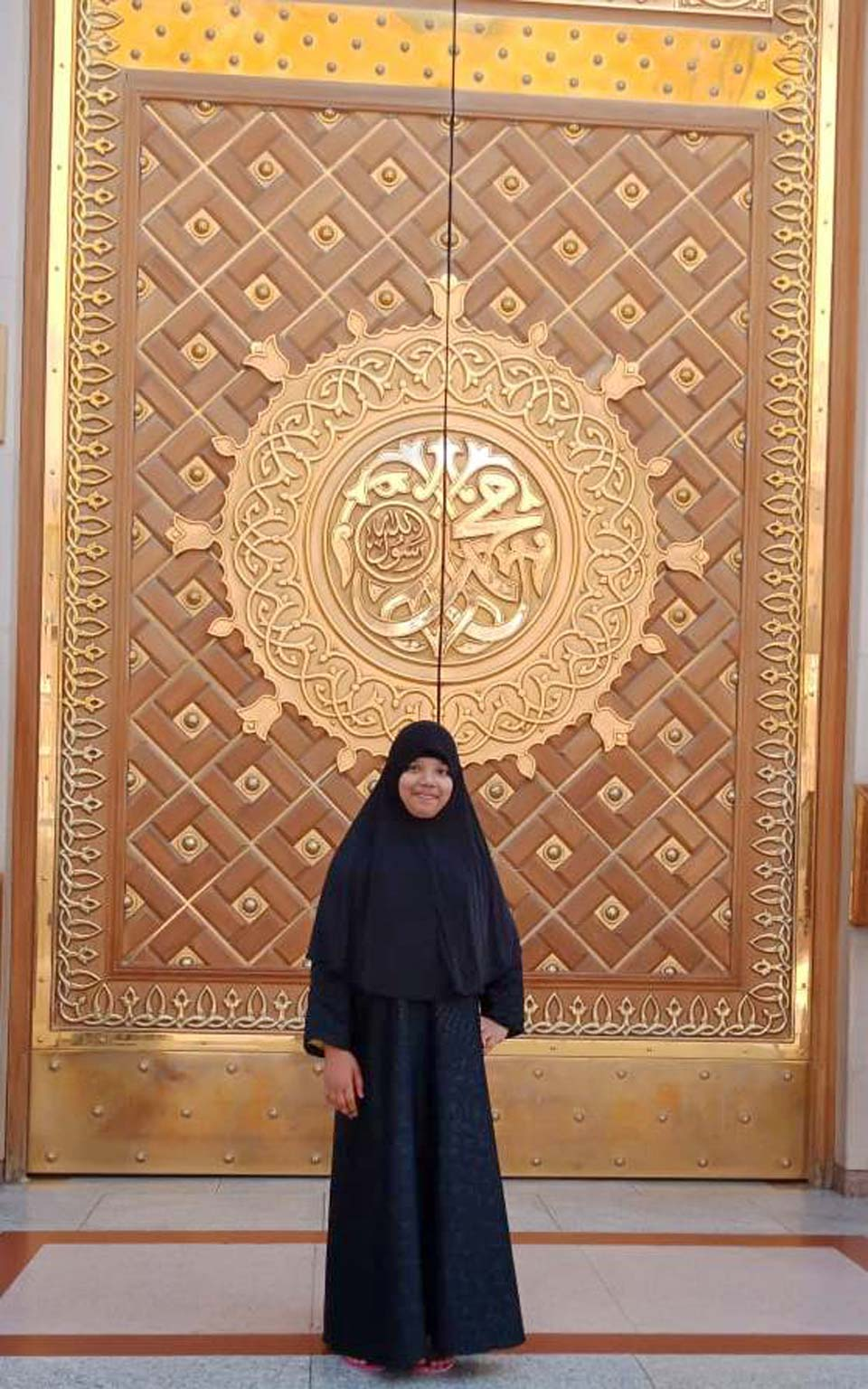 Zoya Imran in front of the entry gate of the Masjid-e-Nabwi