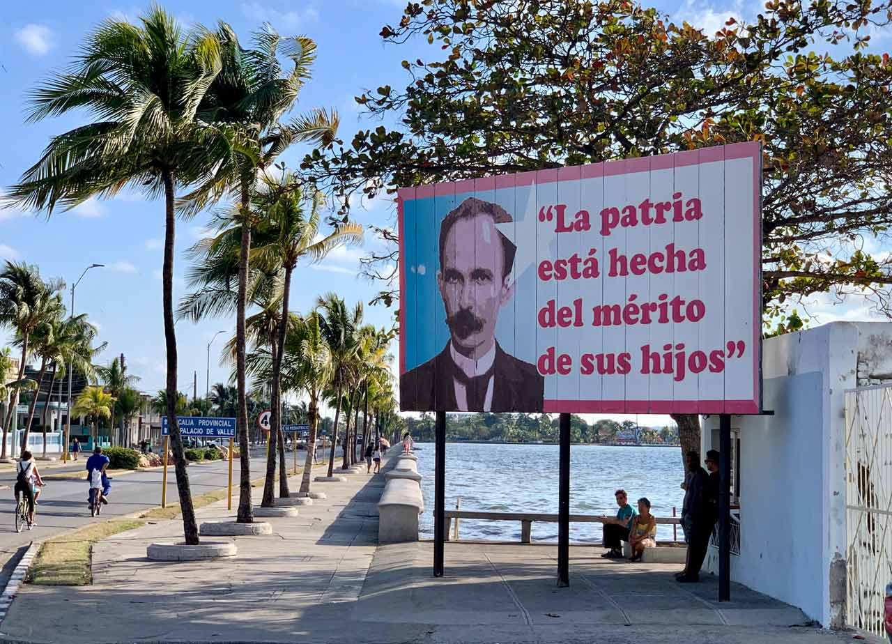 """A billboard quoting José Martí, one of Cuba's national heroes, states, """"The country is made of the merit of its children."""""""