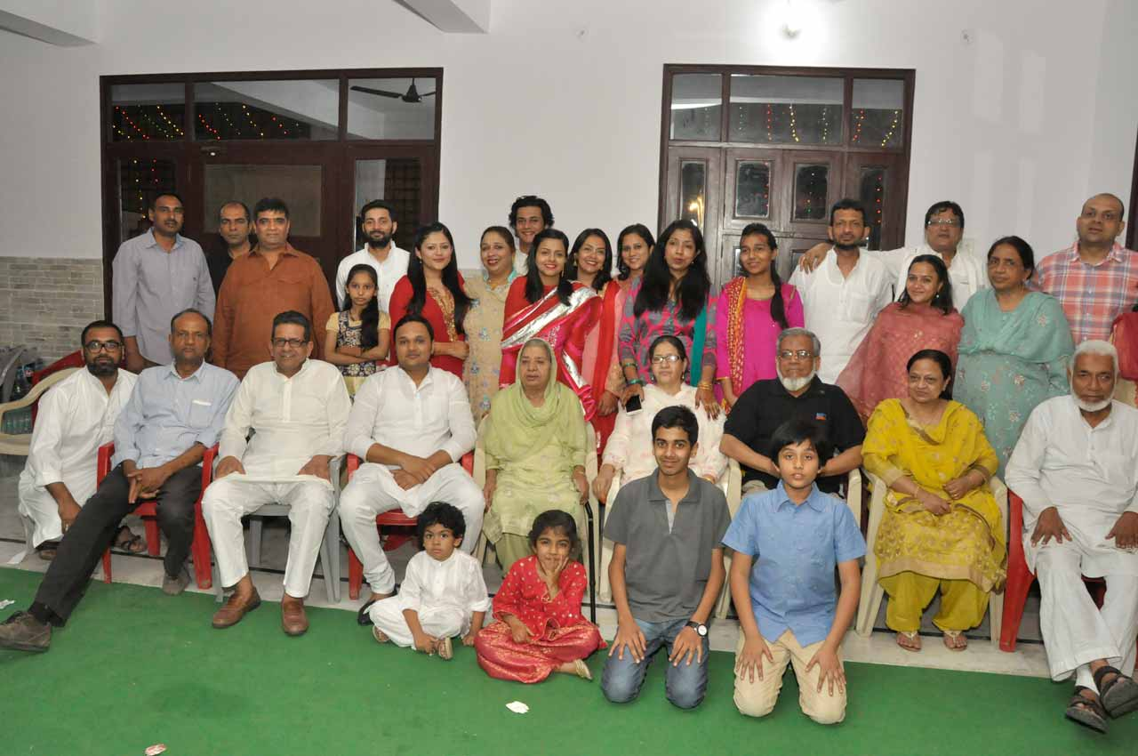 A family group picture on the Mandhay Ka Khan reception