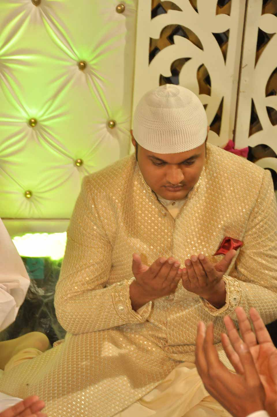 Imran Pervez is very busy in doing the dua