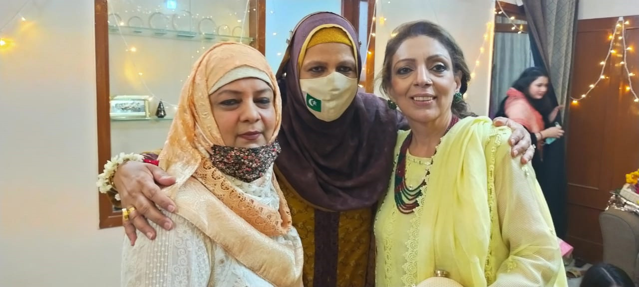 The three sisters, Hina, Saba and Naz, Pupphis of Bushra, posing for a picture together