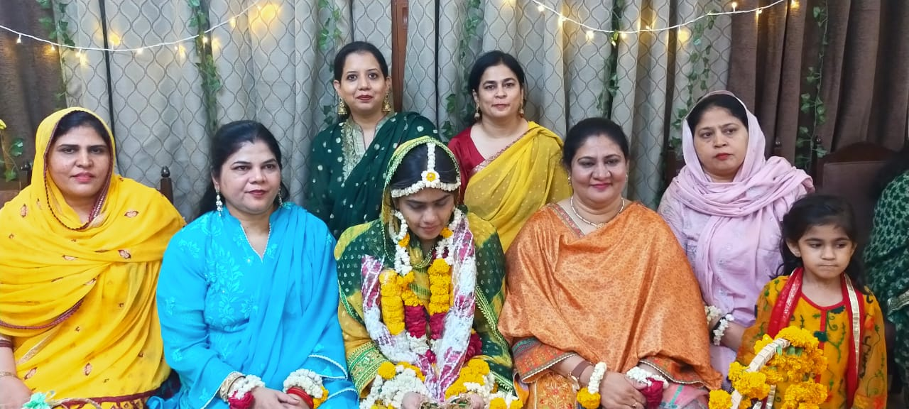 Kamran's sisters and Erum posing with the beautiful bride for a picture