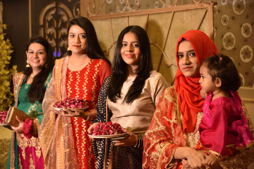 Mariam, Faryal her sisters: Fatima & Maryam are awaiting at the entrance to welcome the Barat.