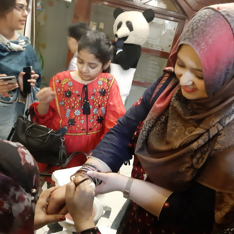 Bushra Irshad, Zara Imran and Samia Siddiqui getting Hina painting on their hands