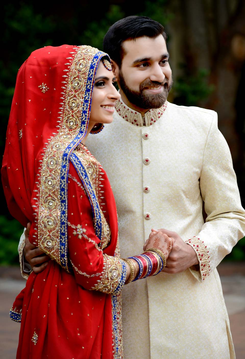Hammad (groom) and Aneela (bride) posing in the wedding day photoshoot Pix