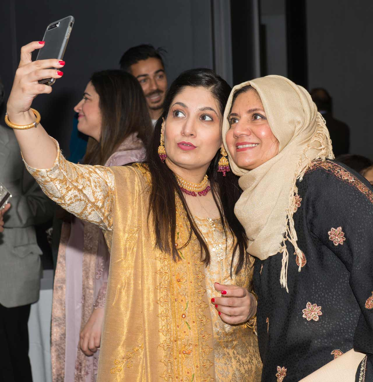 Nadia Pasha (Aramco brat) posing with her sister Tayyaba (also Shaikh Amin's daughter-in-law).